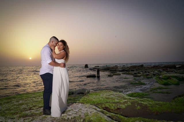 צלם חתונות בתל אביב מצלם זוג בצילומי חוץ במהלך היום